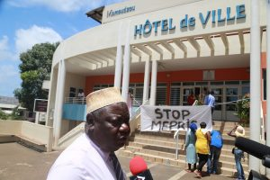 Mohamed Majani devant une mairie inaccessible.